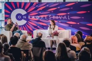 Kristiną Sabaliauskaitę kalbina Ziemowito Szczereko_Conrado festivalio renginyje / asm. rašytojos archyvo nuotr.